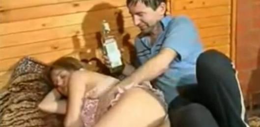 Padre dormido se la mete a su hija caliente - Incesto