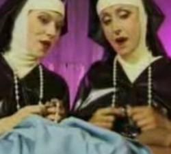 imagen dos monjas tirandose a un paciente