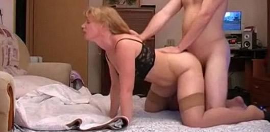 tocando a la madre de un amigo