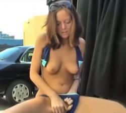 imagen chica se masturba en la calle y se corre
