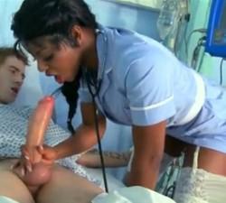 POV Enfermera golpes y chupa y desliza su coo en su polla